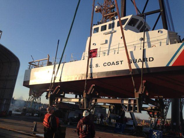 Crane_hoists_the_USCGC_Bluefin